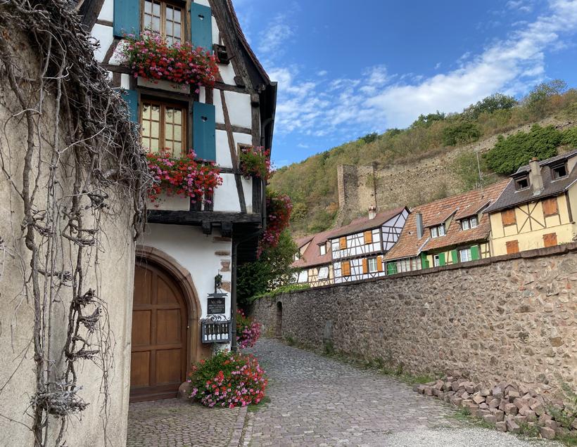 vakmanshuizen bij versterkte brug in Kaysersberg