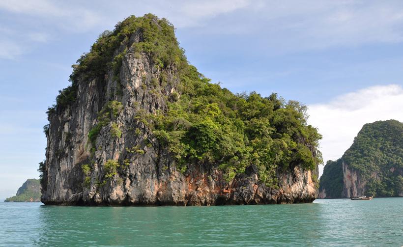 Phang-Nga Bay groene rots in Zuid-Thailand