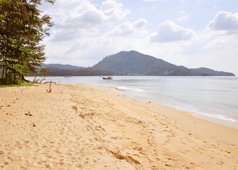 rustig strand bij luchthaven Phuket