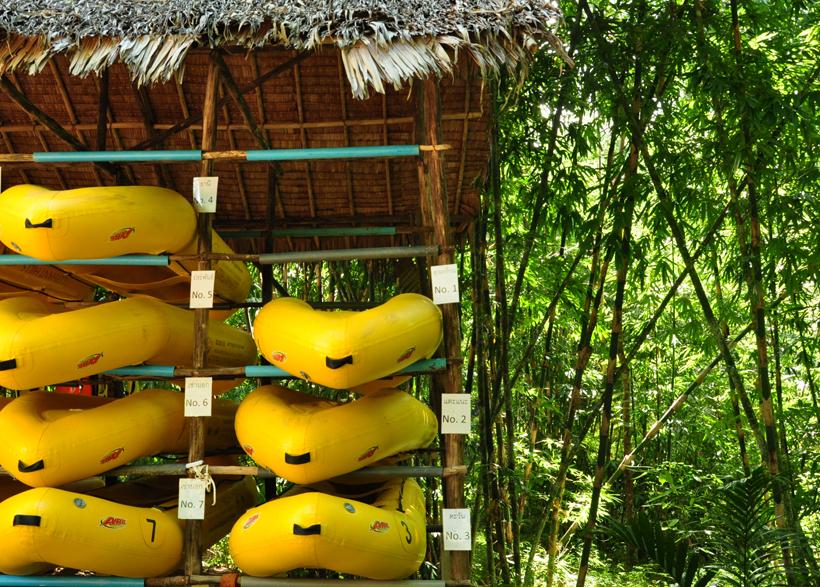 met kano op rivier in Zuid-Thailand
