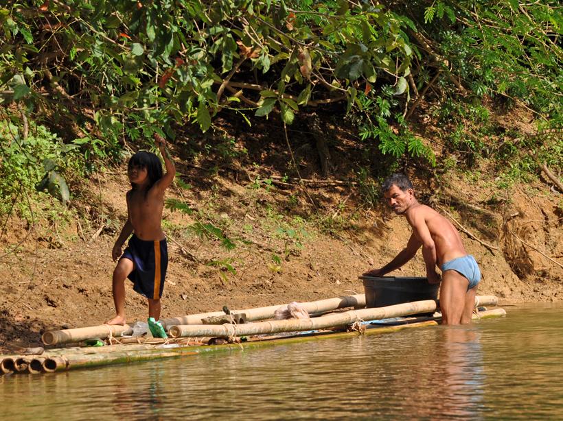 lokale bevolking op vlot in Zuid-Thailand