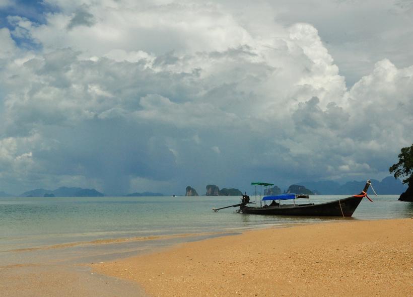 onweer in de phang-nga baai in Zuid-Thailand