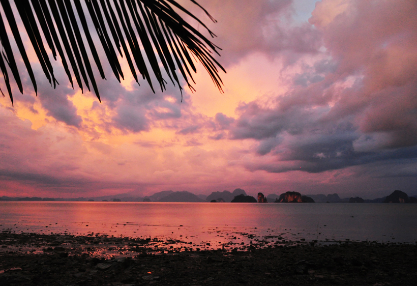 Roze lucht na onweer in Phang Nga Baai vanuit Koh Yao Noi in Zuid-Thailand