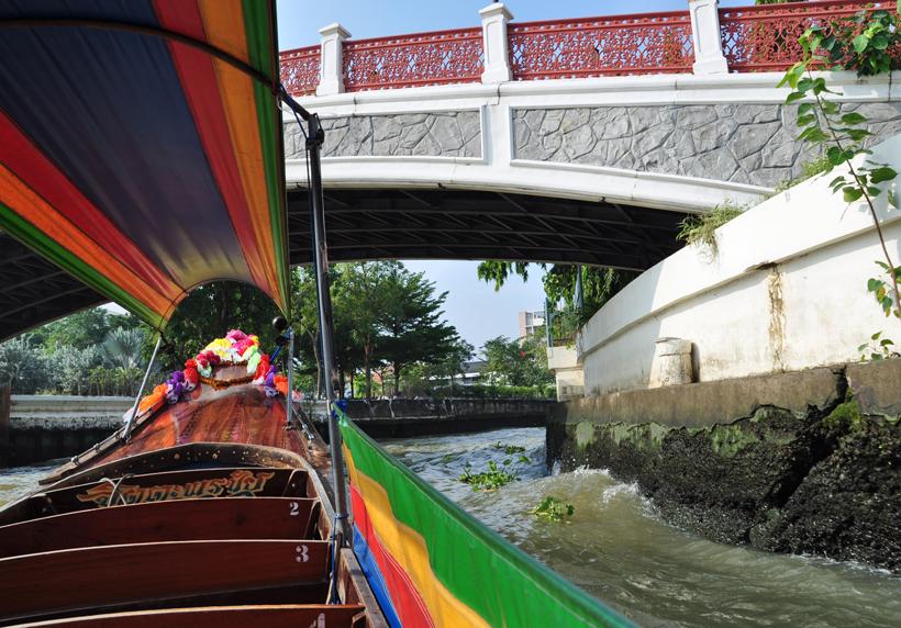 met bootje door klongs van Bangkok