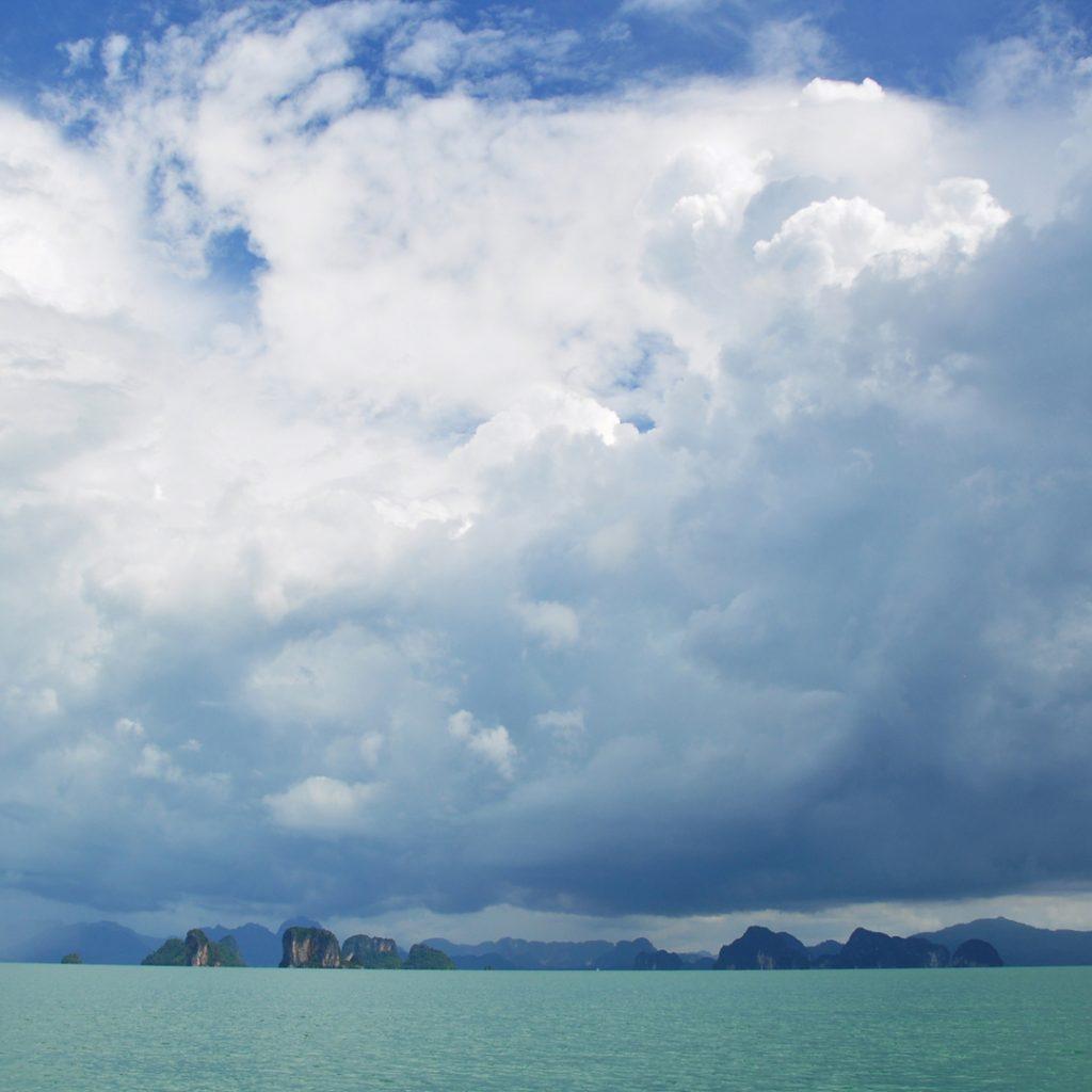 onweerslucht boven Phang Nga Baai in Zuid-Thailand