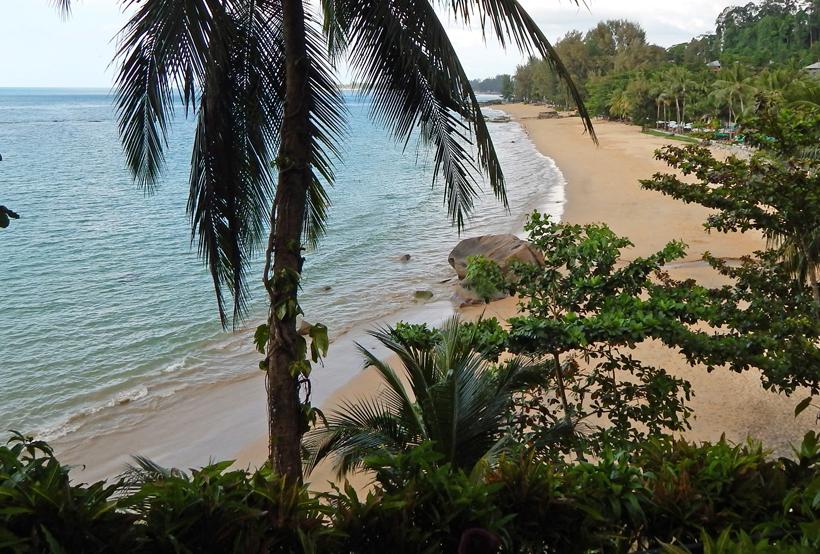 zicht op strand Khao Lak vanuit Baan Krating