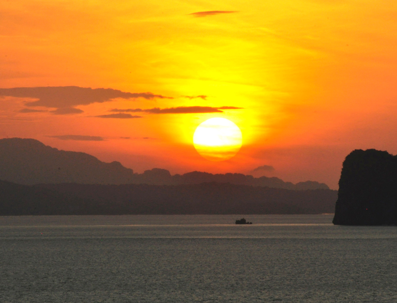 zonsondergang Phang Nga baai vanuit Koh Yao Noi in Zuid-Thailand