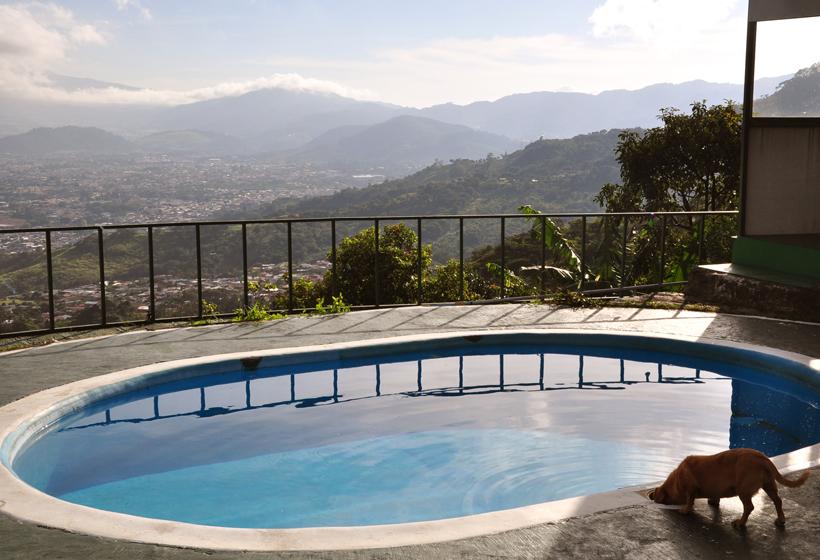 zwembad in heuvels boven san jose