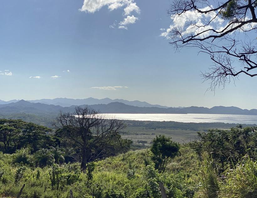 Uitzicht op Bahia Salinas vanop El Mirador in La Cruz