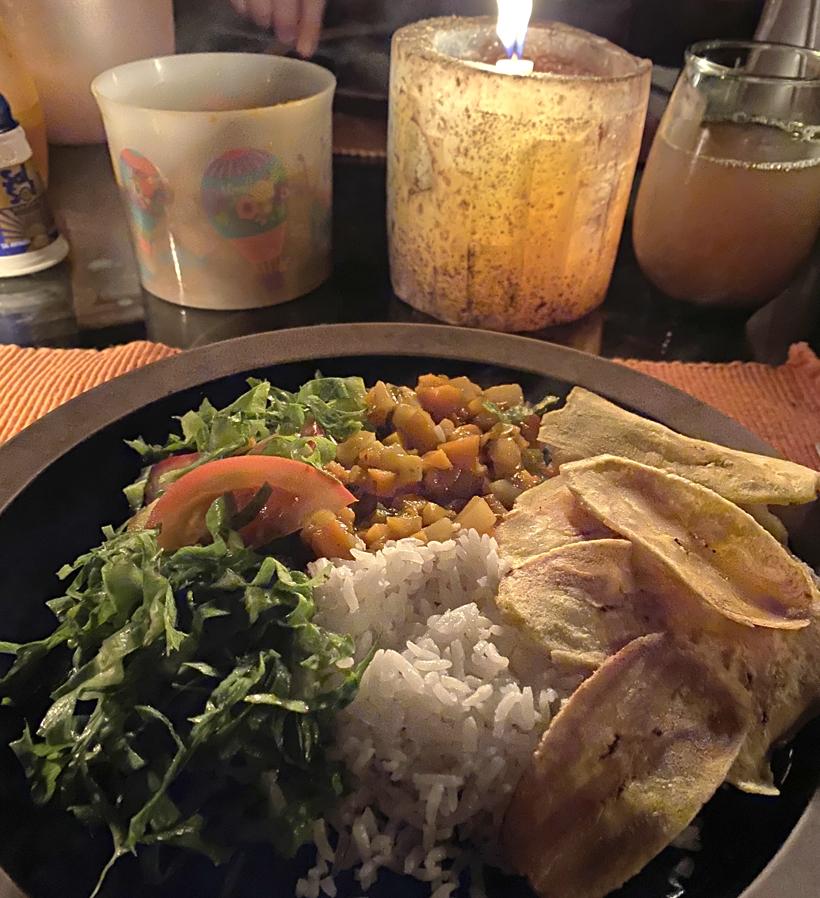 eten in een off the grid cottage Dos Rios