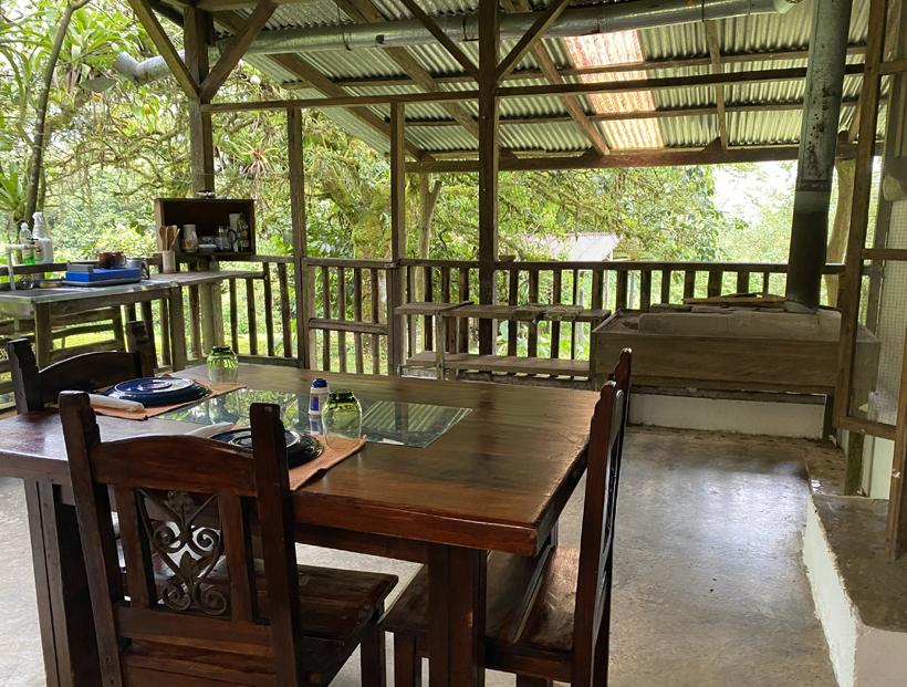 woonkamer en keuken off the grid cottage Dos Rios