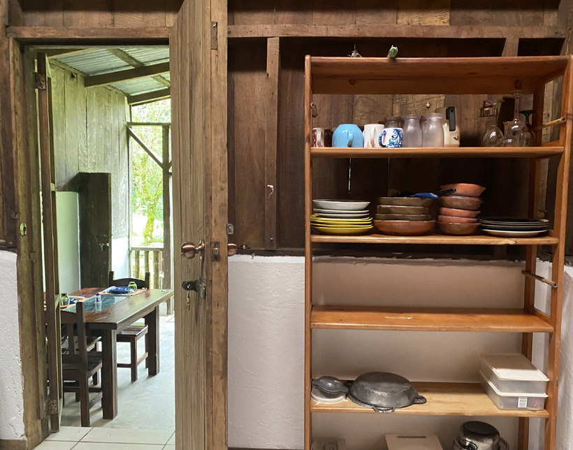 keuken en woonkamer off the grid cottage Dos Rios