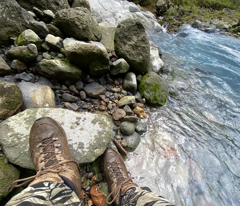 in en door de rivier Dos Rios