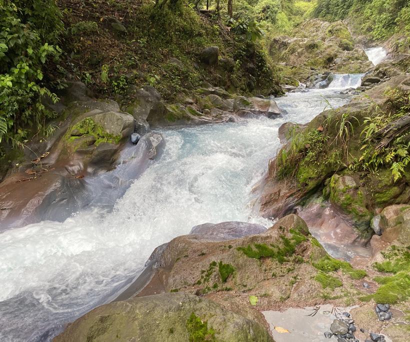 blauwe rivier in lavaspoor Dos Rios